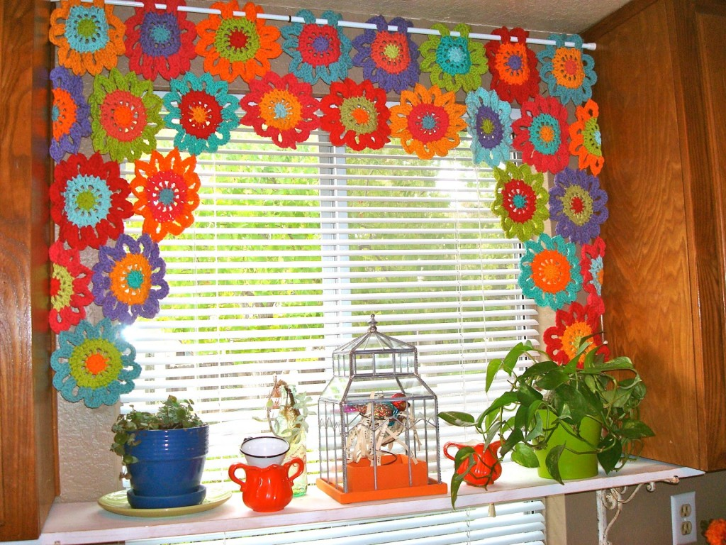 cheerful flower power valance crochet pattern allcrafts. Black Bedroom Furniture Sets. Home Design Ideas